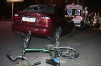 В Киеве выпивший велосипедист головой выбил стекло автомобиля