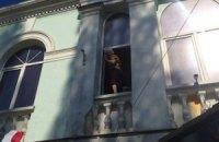 Неизвестные напали на здание Меджлиса, избили женщин и сняли украинский флаг