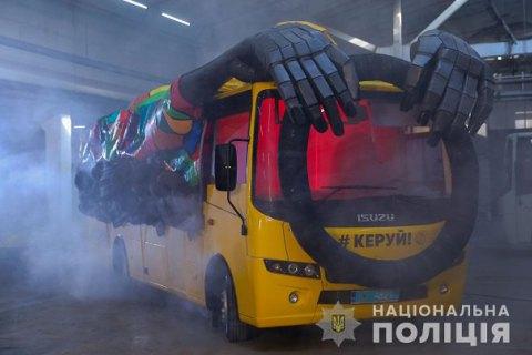 """Нацполиция запустила на дорогах Украины """"автобус-призрак"""" с гигантскими руками"""