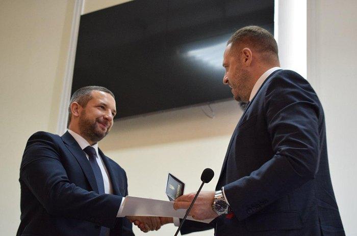 Андрій Єрмак (справа) за дорученням Глави держави представив нового голову Миколаївської ОДА Олександра Стадніка.