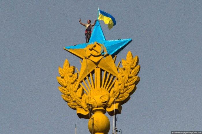 Демонтаж украинского флага со шпиля высотки на Котельнической набережной в Москве