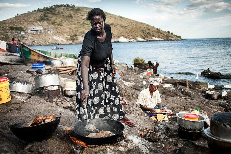 Женщины готовят еду для рыбаков, которые возвращаются на остров к полудню