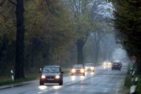 Від сьогодні водії за кермом повинні вмикати ближнє світло за містом