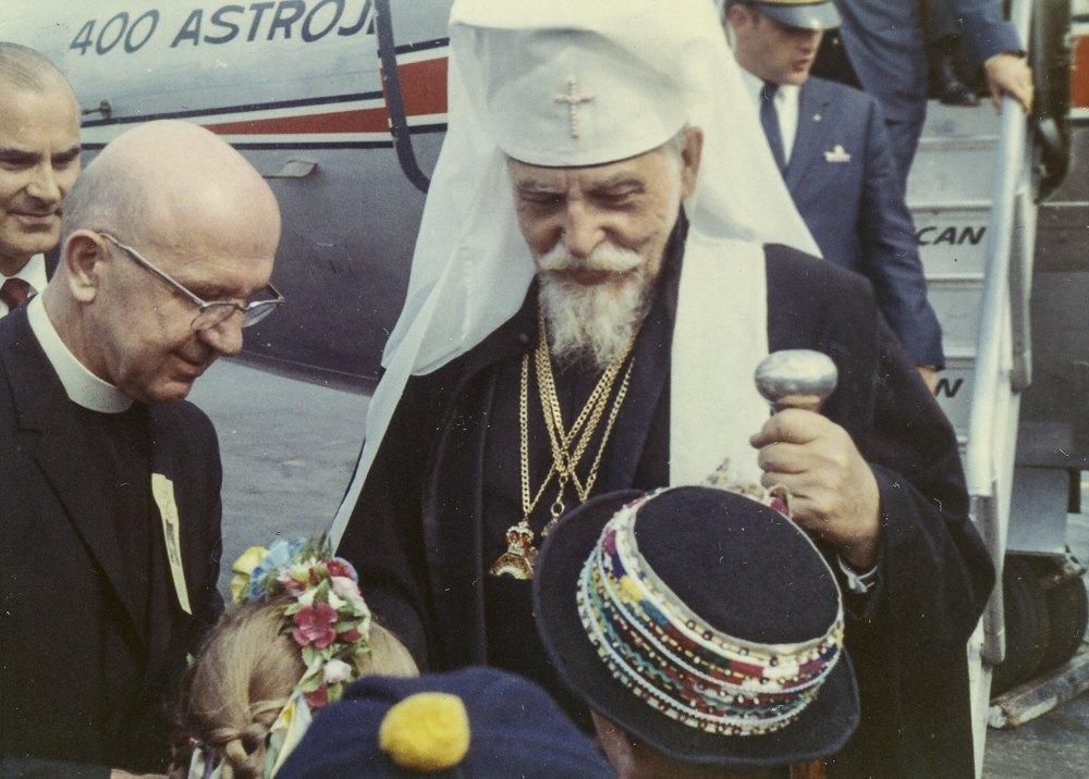 Семирічний Борис Ґудзяк (у крисані) зустрічає кардинала Йосипа Сліпого на летовищі у США