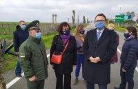 Посол Великої Британії побувала на адмінкордоні з окупованим Кримом
