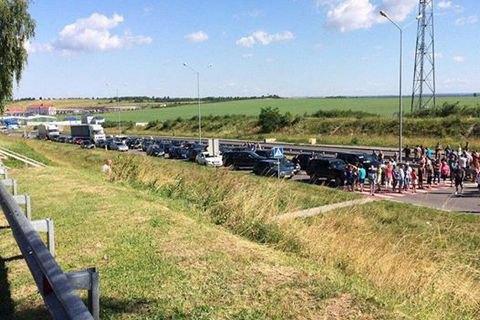 Люди заблокували дороги в Польщу через посилення пропускного режиму
