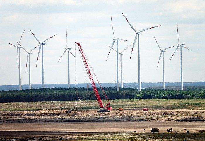 Ветровые турбины вблизи электростанции Vattenfall в Йеншвальде, Германия, 14 июня 2017.