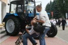 Охрана Януковича бросила на газон журналиста