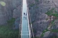 Самый длинный в мире стеклянный мост закрыли через две недели после открытия