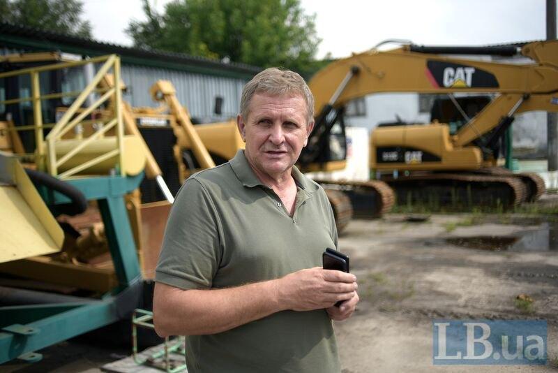 Віктор Коц показує спеціальну техніку, яку закупила його компанія, щоб отримати ліцензію. Поки йдуть суди орендована техніка стоїть
