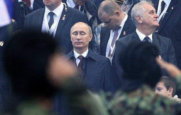 Президент РФедерации Владимир Путин и президент Сербии Томислав Николич (справа) во время военного парада в Белграде, 16 октября 2014 года.