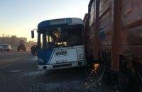 На территории морпорта Черноморска автобус с людьми врезался в поезд