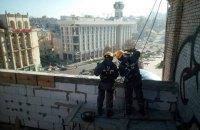 """На даху будинку на Майдані демонтують """"шпаківню"""""""