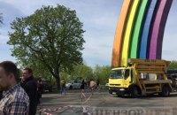 Неизвестные не дали раскрасить арку Дружбы народов в Киеве