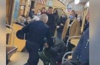 В метро Харькова машинист поезда подрался с нетрезвым пассажиром - дебоширом