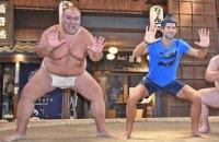 Перша ракетка світу потренувався з професійними борцями сумо