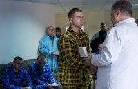 Порошенко посетил в госпитале правоохранителей, пострадавших в драке у Рады