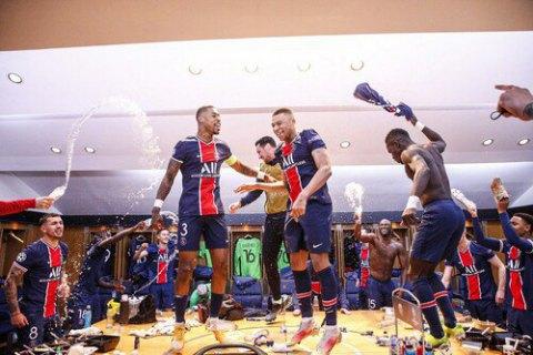 Футболисты ПСЖ устроили песни и танцы на столе в раздевалке после прохода в полуфинал Лиги чемпионов