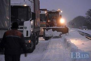 У снігових заметах стоять понад 600 автомобілів