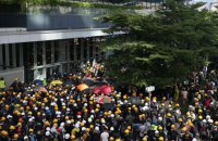 Невідомі запустили феєрверки в натовп демонстрантів у Гонконзі