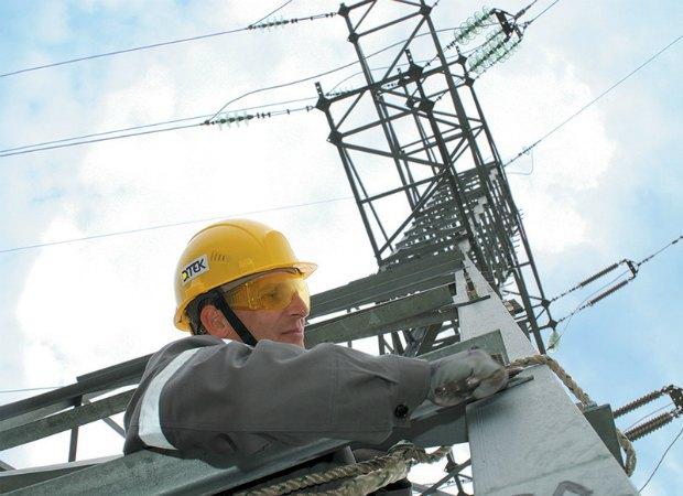 <b>Электромонтер-высотник на опоре воздушной линии электропередачи ДТЭК, Днепрооблэнерго</b>. 6600 километров воздушных линий электропередач, находящихся в эксплуатации в Днепровском регионе, успешно обслуживают всего 48 электромонтеров. Это смелые и опытные люди, которые работают с электрическим оборудованием на огромной высоте. Высота опор ЛЭП составляет 40 метров. А самая высокая достигает 86 метров