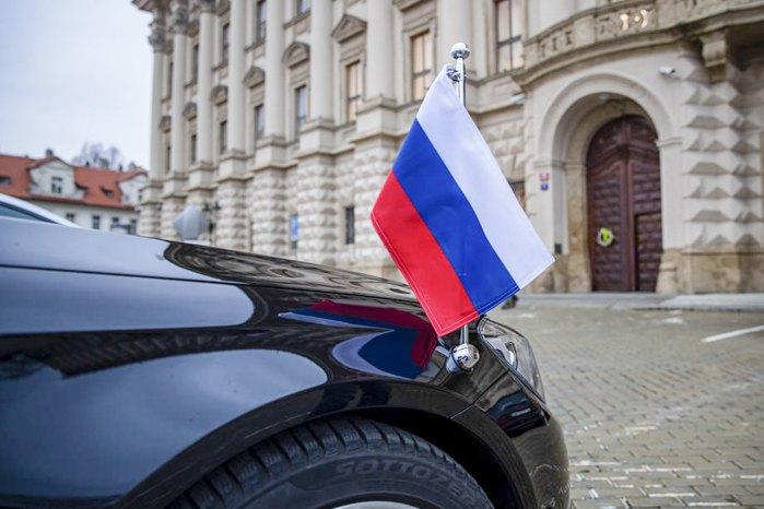 Автомобиль посла России в Чехии стоит перед Министерством иностранных дел Чехии в Праге, 17 апреля 2021 г