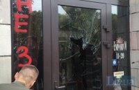 Магазину, который уничтожил майдановские граффити, разбили окна