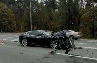 На трассе под Киевом Tesla влетела в легковушку Skoda, стоящую на повороте
