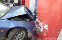 В Черновцах пьяный водитель врезался в здание и начал стрелять