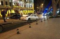 """П'яний водій на """"Мерседесі"""" протаранив три припарковані авто в центрі Одеси"""