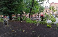 У Львові продовжують ліквідовувати наслідки бурі