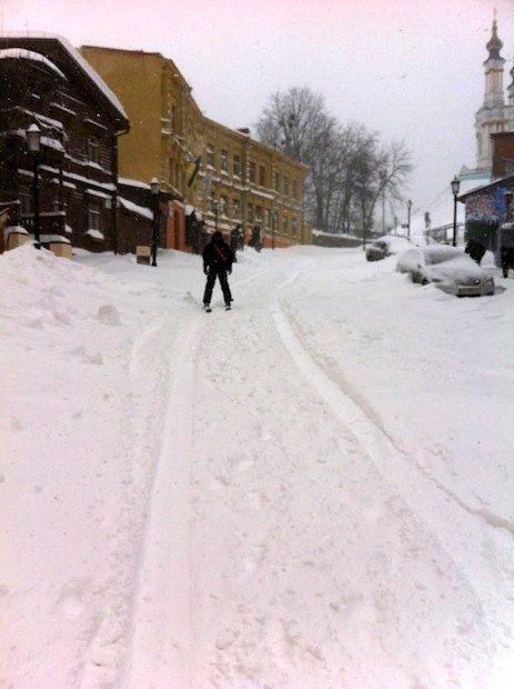 На Андреевском киевляне катаются на лыжах и сноубордах
