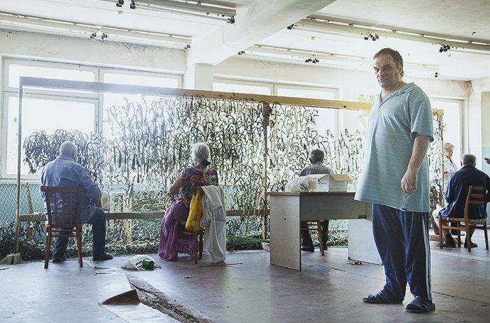 Пациенты киевской психбольницы плетут маскировочные сетки для фронта