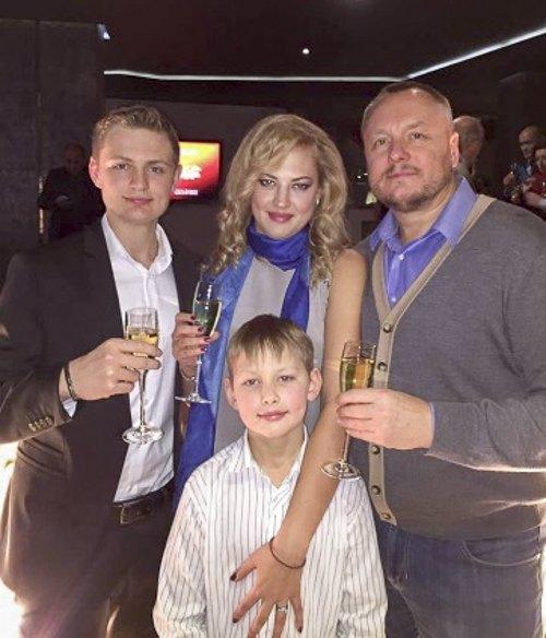 Андрей Артеменко с супругой Оксаной Кучмой, сыновьями Виталием (слева) и Эдвардом