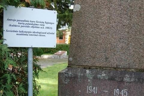В одном из районов Литвы у советских памятников установили таблички о несоответствии исторической правде
