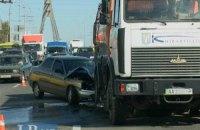 Из-за столкновения ВАЗа и уборочной техники на Московском мосту в Киеве образовался огромный затор