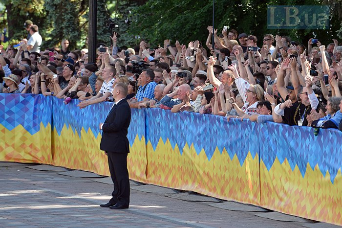 Прихильники Володимира Зеленського спостерігають за трансляцією його інавгураціії перед парламентом