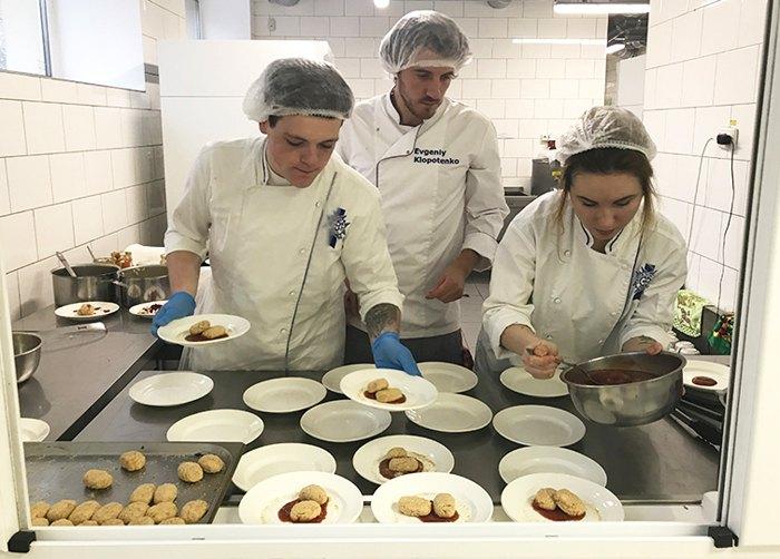 Кулінар Євген Клопотенко ( в центрі) чарує на кухні шкільної їдальні