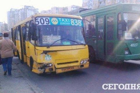 У Києві маршрутка з пасажирами врізалася в припаркований автомобіль