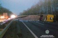 На Житомирской трассе перевернулся грузовик, перекрыты две полосы