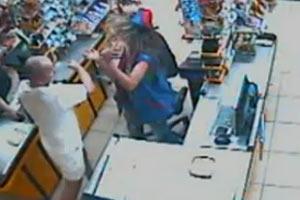Охранник супермаркета  в Харькове сломал челюсть девушке-кассиру