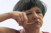 Актриса из Австралии поддержала свободу слова в Беларуси, зашив себе рот