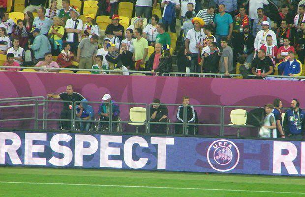 На Львів-Арені кидається у вічі велика кількість людей з обмеженими можливостями і місць для них. Ці білі стільці прямо над футбольним полем саме для них.