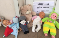Жители Запорожья приносят игрушки к храмам УПЦ МП после того, как ребенка отказались отпевать в церкви