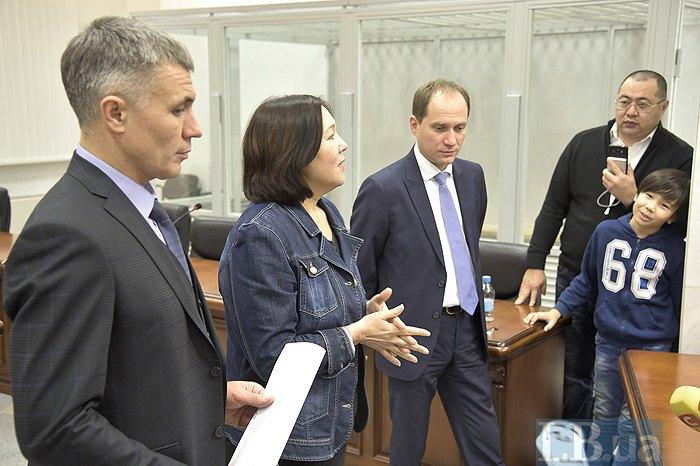Слева-направо: Алексей Грищенко, Жанар Ахметова и Юлиан Хорунжий во время брифинга после освобождения, 22 ноября, 2017