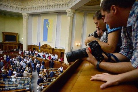 Рада вводит новые правила для СМИ: не больше одного журналиста от издания или одна съемочная группа от телеканала