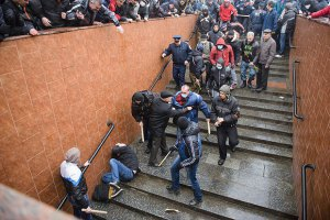 Активісти впізнали жінку, яка добивала ногами майданівців у Харкові