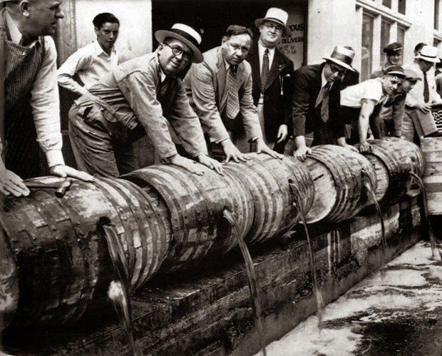 Алкоголь зливають у річку після введення сухого закону у США, 1919 р