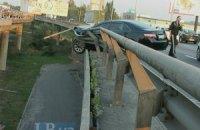 На Южном мосту в Киеве пьяный водитель едва не сбросил автомобиль в Днепр