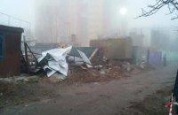У Києві почали зносити паркан навколо незаконного будівництва Войцеховського